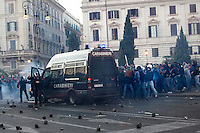 Roma: manifestanti caricano un blindato dei carabinieri costringendo a fuggire il carabiniere alla guida del mezzo, durante il corteo organizzato dagli indignati per protestare contro la crisi economica mondiale.<br /> <br /> <br /> Rome: the demonstrators assalt a police van. The policeman at the wheel is forced to flee