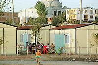 Nach dem Erdbeben im August in der Tuerkei leben tausende Menschen in Zeltlagern und Behilfszelten.<br /> Hier: Da staatliche Hilfe nur zoegernd oder gar nicht kommt, hat der Besitzere des privaten TV-Senders Kanal 7, Deniz Feneri, durch seine Stiftung, die Deniz Feneri Dernegi, in Yuvacik-Koey ein Hüttendorf errichten lassen. Im Hintergrund die zerstoerten Reste einiger Haeuser und einer Moschee.<br /> 13.10.1999, Yuvacik-Koey/Tuerkei<br /> Copyright: Christian-Ditsch.de<br /> [Inhaltsveraendernde Manipulation des Fotos nur nach ausdruecklicher Genehmigung des Fotografen. Vereinbarungen ueber Abtretung von Persoenlichkeitsrechten/Model Release der abgebildeten Person/Personen liegen nicht vor. NO MODEL RELEASE! Nur fuer Redaktionelle Zwecke. Don't publish without copyright Christian-Ditsch.de, Veroeffentlichung nur mit Fotografennennung, sowie gegen Honorar, MwSt. und Beleg. Konto: I N G - D i B a, IBAN DE58500105175400192269, BIC INGDDEFFXXX, Kontakt: post@christian-ditsch.de<br /> Bei der Bearbeitung der Dateiinformationen darf die Urheberkennzeichnung in den EXIF- und  IPTC-Daten nicht entfernt werden, diese sind in digitalen Medien nach §95c UrhG rechtlich geschützt. Der Urhebervermerk wird gemaess §13 UrhG verlangt.]