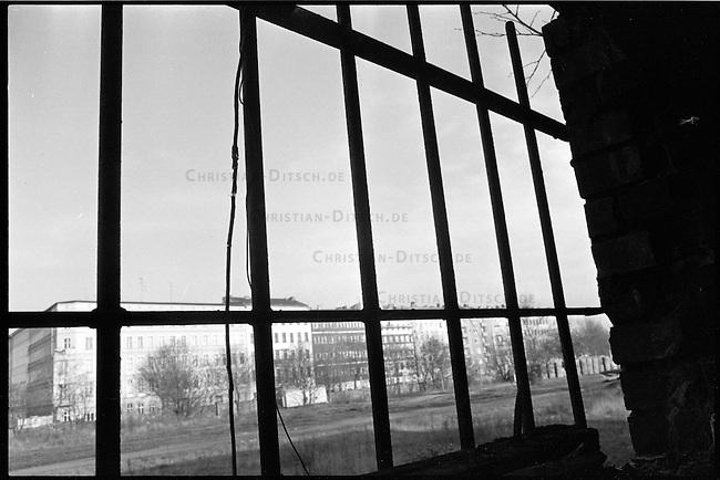 Goerlitzer Park in Berlin Kreuzberg.<br /> Hier: Blick aus einem ehemaligen Bahnschuppen. Draussen sind bereits die Schienen des ehmaligen Bahnhof abtransportiert und die Bauarbeiten zur Umgestaltung des Gelaendes in einen Park sind im Gange.<br /> 1.11.1987, Berlin<br /> Copyright: Christian-Ditsch.de<br /> [Inhaltsveraendernde Manipulation des Fotos nur nach ausdruecklicher Genehmigung des Fotografen. Vereinbarungen ueber Abtretung von Persoenlichkeitsrechten/Model Release der abgebildeten Person/Personen liegen nicht vor. NO MODEL RELEASE! Nur fuer Redaktionelle Zwecke. Don't publish without copyright Christian-Ditsch.de, Veroeffentlichung nur mit Fotografennennung, sowie gegen Honorar, MwSt. und Beleg. Konto: I N G - D i B a, IBAN DE58500105175400192269, BIC INGDDEFFXXX, Kontakt: post@christian-ditsch.de<br /> Bei der Bearbeitung der Dateiinformationen darf die Urheberkennzeichnung in den EXIF- und  IPTC-Daten nicht entfernt werden, diese sind in digitalen Medien nach &sect;95c UrhG rechtlich geschuetzt. Der Urhebervermerk wird gemaess &sect;13 UrhG verlangt.]