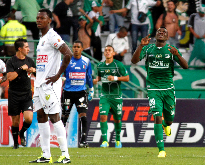 MANIZALES-COLOMBIA-28 -07-2013. Miguel Murillo   jugador del Deportivo Cali celebra su gol contra  Once Caldas ,  partido correspondiente a la Liga Postobon segundo semestre disputado en eL estadio Palogrande / Miguel Murillo  player Deportivo Cali celebrates his goal against Once Caldas, game in the second half Postob&mdash;n League match at stadium eL Palogrande <br />