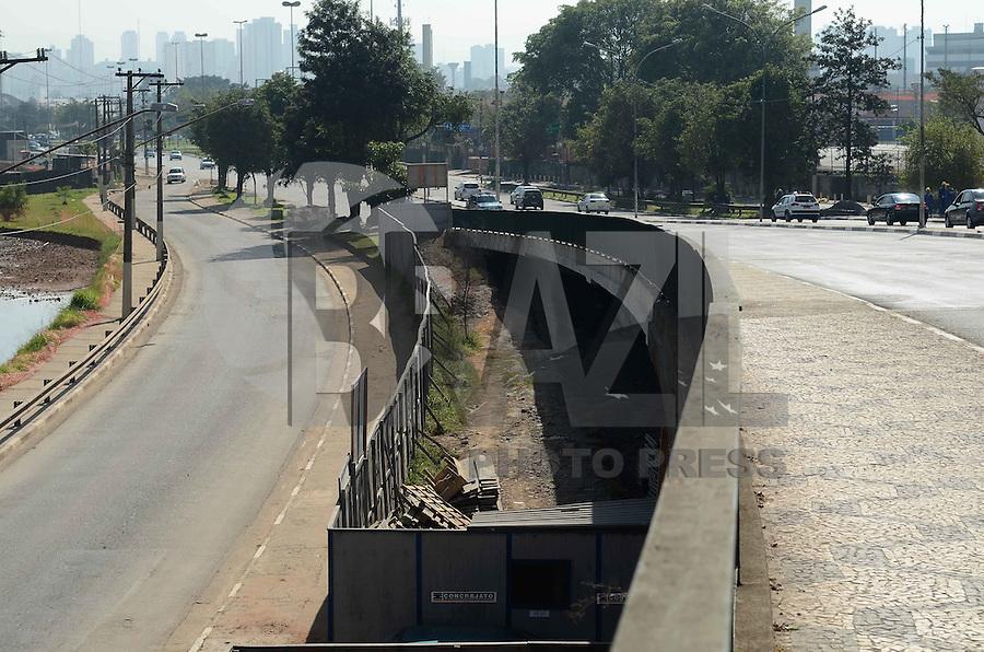 SAO PAULO, 10 DE JULHO DE 2012 - REABERTURA VIADUTO POMPEIA - Apos 6 meses de interdicao o Viaduto Pompeia foi reaberto totalmente na manha desta terca feira, regiao oeste da capiatl. O viaduto foi interditado no dia 9 de janeiro, após um incêndio no barracão da escola de samba Mocidade Alegre, que fica sob a via. FOTO: ALEXANDRE MOREIRA - BRAZIL PHOTO PRESS
