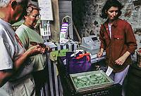 Francia - Bretagna - St Paul de Léon - raccolta delle alghe per uso alimentare - Ditta Algoplus France - Brittany - St Paul de Léon - harvesting algae for food use- la vendita