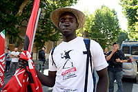 Roma, 17 Giugno 2017<br /> Lavoratore migrante al corteo<br /> Manifestazione nazionale CGIL. Rispetto per il lavoro la democrazia e la Costituzione, contro i Voucher