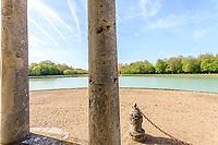 France, Indre-et-Loire (37), Amboise, la pagode de Chanteloup, vu depuis la pagede sur le plan d'eau
