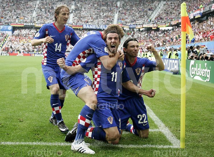 FUSSBALL EUROPAMEISTERSCHAFT 2008 Kroatien - Deutschland    12.06.2008 Darijo Srna (2.v.re., Kroatien) jubelt nach seinem Tor zum 1:0, mit Ivan Rakitic (2.v.li.), Luka Modric (li.) und Danijel Pranjic (alle Kroatien).