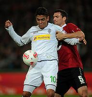 FUSSBALL   1. BUNDESLIGA    SAISON 2012/2013    9. Spieltag   Hannover 96 - Borussia Moenchengladbach         28.10.2012 Igor de Camargo (li, Borussia Moenchengladbach) gegen Mario Eggimann (re, Hannover 96)