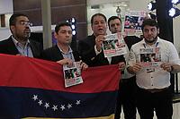 MEX309. CANCÚN (MÉXICO), 21/06/2017.- Opositores venezolanos sostienen carteles durante una protesta a la salida de la tercera plenaria de Ministros de Relaciones Exteriores de la 47 Asamblea General de la Organización de Estados Americanos (OEA) hoy, miércoles 21 junio de 2017, en Cancún, en el estado de Quintana Roo (México). EFE/Mario Guzmán