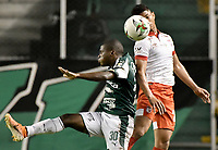 PALMIRA - COLOMBIA, 13-11-2019: Deiber Caicedo del Cali disputa el balón con Fainer Torijano de Santa Fe durante partido entre Deportivo Cali e Independiente Santa Fe por la fecha 2, cuadrangulares semifinales, de la Liga Águila II 2019 jugado en el estadio Deportivo Cali de la ciudad de Palmira. / Deiber Caicedo of Cali vies for the ball with Fainer Torijano of Santa Fe during match between Deportivo Cali and Independiente Santa Fe for the date 2, quadrangular semifinals, as part Aguila League II 2019 played at Deportivo Cali stadium in Palmira city. Photo: VizzorImage / Gabriel Aponte / Staff