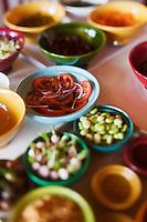 Afrique/Afrique du Nord/Maroc/Env d' Essaouira/Ounagha:  Table d'Hôte du Domaine: Le Val d'Argan - Préparation des salades  à partir des légumes du potager bio et de l'huile d'argan du domaine