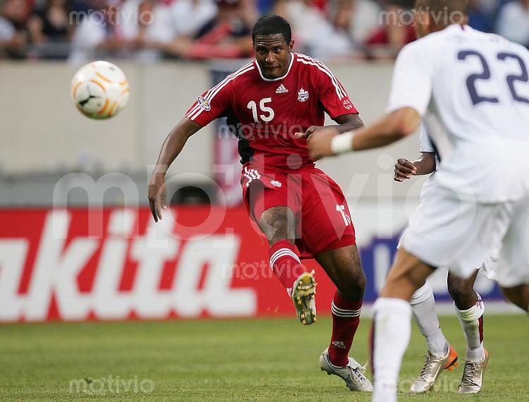 Fussball International Gold Cup Halbfinale  Canada 1-2 USA Patrice BERNIER (CAN), Einzelaktion am Ball, in Schusshaltung.