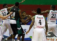 MANIZALES -COLOMBIA, 28-10-2013. Jugadores de Manizales Once Caldas disputan el balón con Kevin Masquita Brandt (C) de Águilas de Tunja durante partido válido por la fecha 33 de la Liga DirecTV de Baloncesto 2013-II de Colombia jugado en el coliseo Jorge Arango de la ciudad de Manizales./ Players of Manizales Once Caldas fights for the ball with Kevin Masquita Brandt (C) of Aguilas de Tunja during match valid for the 33th date of the DirecTV Basketball League 2013-II in Colombia at Jorge Arango coliseum in Manizales. Photo: VizzorImage / Santiago Osorio / STR