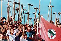 MST OCUPA A FAZENDA CHAO DE ESTRELAS EM AURORA DE PROPRIEDADE DO SENADOR JADER BARBALHO E AGUARDA A CHEGADA DA POLICIA MILITAR. FOTO PAULO SANTOS/INTERFOTO, AURORA DO PARÁ, BRASIL.<br />2001