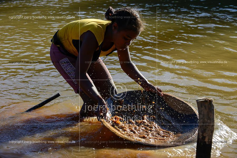 MADAGASCAR, region Manajary, town Vohilava, small scale gold mining, children panning for gold at river ANDRANGARANGA, girl Sara 12 years old / MADAGASKAR Mananjary, Vohilava, kleingewerblicher Goldabbau, Kinder waschen Gold am Fluss ANDRANGARANGA, Maedchen SARA12 Jahre waescht Geroell aus der Mine