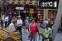 SÃO PAULO-SP-09,10,2014-CLIMA TEMPO SÃO PAULO/PRAA DA SÉ - As temperaturas estão altas na Capital no começo da tarde.A média ultrapassa os 30° com boa qualidade do ar e umidade relativa do ar baixa. Local:Praça da Sé;Região central da cidade de São Paulo,no começo da tarde dessa Quinta-Feira,09(Foto:Kevin David/Brazil Photo Press)