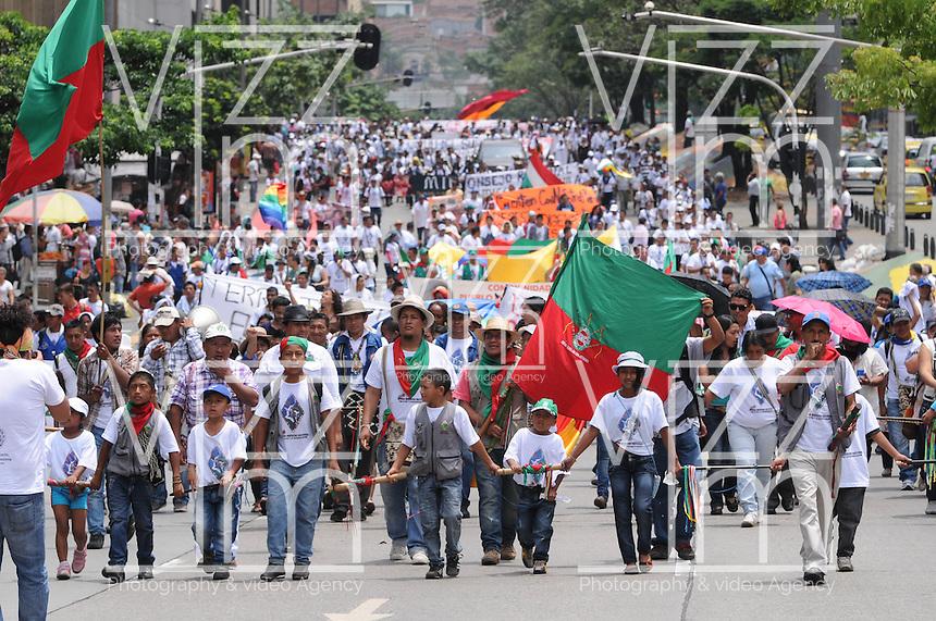 MEDELLÍN -COLOMBIA-08-04-2013. Indígenas colombianos marchan en apoyo al proceso de paz entre las FARC y el gobierno colombiano que se está llevando a cabo en La Habana, Cuba. La marcha se realizó por la calles de Medellin./  Colombian natives mach in support to the process peace between FARC guerilla and Colombian government that they performed in La Habana, Cuba. The march was made through the streets of Medellín.  Photo:VizzorImage/Luis Ríos/STR