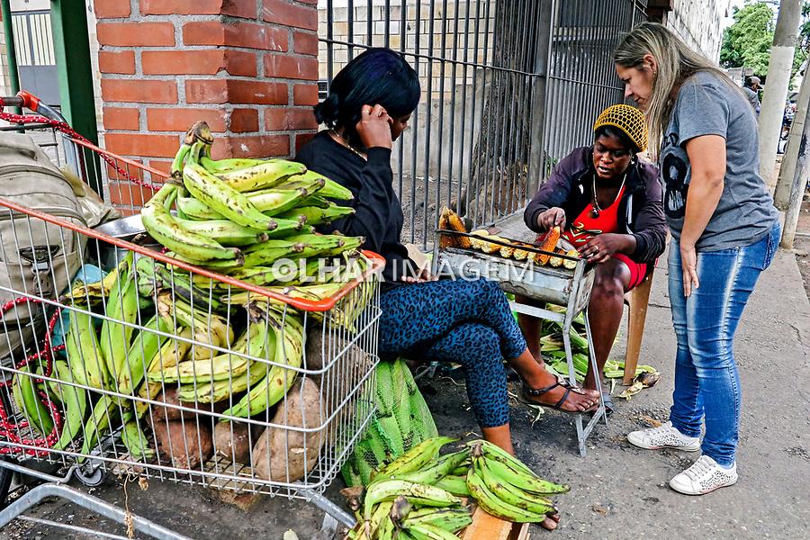 Imigrantes haitianos vendendo produtos na rua. Bras. Sao Paulo. 2016. Foto de Marcia Minillo.
