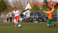 Ballannahme Nils Beisser (Büttelborn) erzielt das Tor zum 3:0 - 07.04.2019: SKV Büttelborn vs. TSV Lengfeld, Gruppenliga Darmstadt