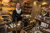 Europe/France/Midi-Pyrénées/32/Gers/L'Isle Jourdain: Eliane Bajon dans sa boutique de produits régionnaux  Comptoir des Fermes [Non destiné à un usage publicitaire - Not intended for an advertising use]