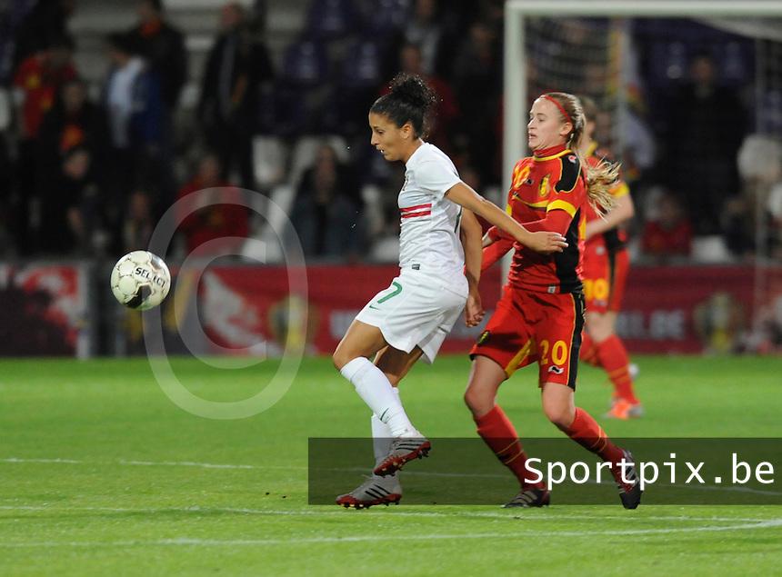 Belgian Red Flames - Portugal (31/10/2013) :<br /> Claudia Neto (L) houdt Julie Biesmans (R) van de bal<br /> foto Dirk Vuylsteke / nikonpro.be