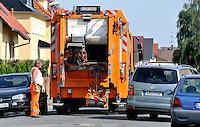 """Reportage Journal - Unterwegs mit den Männern von der Abfallentsorgung - im Bild: Ein Ärgernis für einige Autofahrer - eine morgendliche """"Straßenverstopfung"""" durch ein Müllfahrzeug . Foto: Norman Rembarz.."""