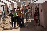 Tunisie RasDjir Camp UNHCR de refugies libyens a la frontiere entre Tunisie et Libye ....Tunisia Rasdjir UNHCR refugees camp  Tunisian and Libyan border  Campo profughi alla frontiera libica<br /> Bambini giocano