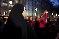 flash mob : una suora guarda le ragazze che danzano contro la violenza sulle donne