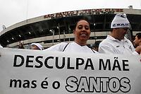 SÃO PAULO, SP,13 MAIO 2012 - CAMPEONATO PAULISTA - SANTOS x GUARANI FINAL Torcedora do Santos  antes da  partida Santos x Guarani válido pela final do Campeonato Paulista no Estádio Cicero Pompeu de Toledo (Morumbi), na região sul da capital paulista na tarde deste domingo (13). (FOTO: ALE VIANNA -BRAZIL PHOTO PRESS).