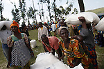 © Remi OCHLIK/IP3, Kibati , Republique Democratique du Congo, le 24 novembre 2008 - Camp de refugies de Kibati - Le WFP (world food program) distribu de la nourriture aux deplaces...Kibati refugees camp. WFP gives food to the displaced people..