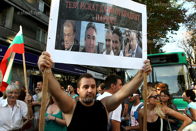 BULGARIEN, 07.2012, Varna. Demonstration gegen Korruption. Auf der Tafel von links nach rechts:  Kiril Jordanov, the Mayor of the city of Varna, Dancho Simeonov former governor of the city of Varna, Ivo Kamenov and Marin Mitev, TIM company owners, and Boiko Borisov, Prime Minister..© Impact Press Group/EST&OST