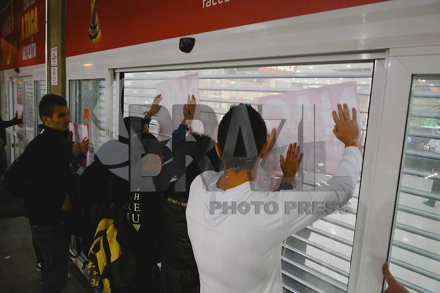 """ITAQUERA, SP, 30.05.2014 – ITAQUERA ROLEZINHO CONTRA COPA: """"Rolezinho"""" contra a Copa do Mundo acontece na entrada do Shopping Metrô Itaquera na tarde desta sexta-feira em São Paulo. (Foto: Ben Tavener / Brazil Photo Press)."""