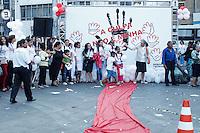 SAO PAULO,SP, 22.08.2015 - PROTESTO-SP - Cerca de 600 pessoas se reuniram para divulgar o projeto Quebrando o Silêncio, que combate a violencia contra, crianças, adolecentes, mulheres, idosos que tem o apoio do governo estadual, na Praça da Sé, no centro da cidade de São Paulo, neste sábado, 22.  (Foto: Douglas Pingituro / Brazil Photo Press)