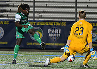 HEMPSTEAD - USA. 13-07-2016: Lucky Mkosana (Izq) jugador del New York Cosmos dispara un balón a Sean Lewis (Der) arquero de Jacksonville Armada FC durante partido por la temporada de otoño 2016 de la North American Soccer League (NASL) jugado en el estadio James M. Shuart Stadium de la ciudad de Hempstead, NY./ Lucky Mkosana (L) player of New York Cosmos shoots a ball Sean Lewis (R) goalkeeper of Jacksonville Armada FC during match for the fall season 2016 of the  North American Soccer League (NASL) played at James M. Shuart Stadium in Hempstead, NY. Photo: VizzorImage/ Gabriel Aponte / Staff