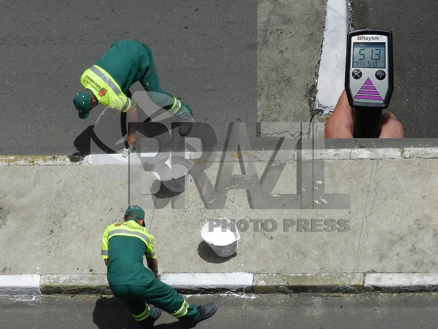 SÃO PAULO - SP -  24 DE FEVEREIRO 2013. MANUTENCAO das RUAS - Funcionários da Prefeitura de São Paulo executam pintura das guias neste domingo (24), às 13:20Hs, em avenida de Pinheiros - zona oeste, a temperatura do asfalto, medida com termomêtro digital, gira em torno de 51ºC. FOTO: MAURICIO CAMARGO / BRAZIL PHOTO PRESS.