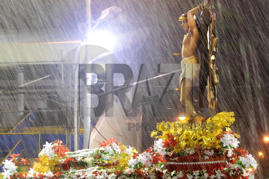 RIO DE JANEIRO; RJ; 20 DE JANEIRO 2013 - ENSAIOS TÉCNICOS CARNAVAL RJ - São Sebastião, santo patrono da cidade do Rio de Janeiro, acompanhou a lavagem do Sambódromo sob forte chuva. FOTO: NÉSTOR J. BEREMLUM - BRAZIL PHOTO PRESS.