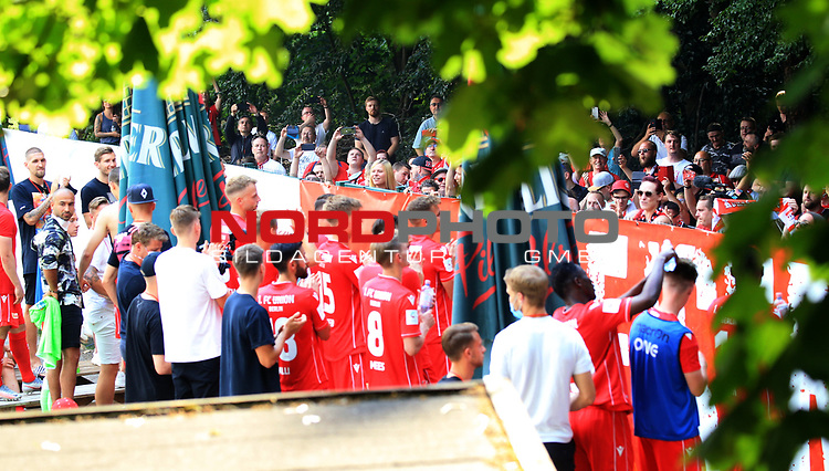 27.06.2020, Stadion an der Wuhlheide, Berlin, GER, DFL, 1.FBL, 1.FC UNION BERLIN  VS. Fortuna Duesseldorf , <br /> DFL  regulations prohibit any use of photographs as image sequences and/or quasi-video<br /> im Bild Unionfans (1.FC Union Berlin) und Union-Spieler am Zaun<br /> <br /> <br />      <br /> Foto © nordphoto / Engler