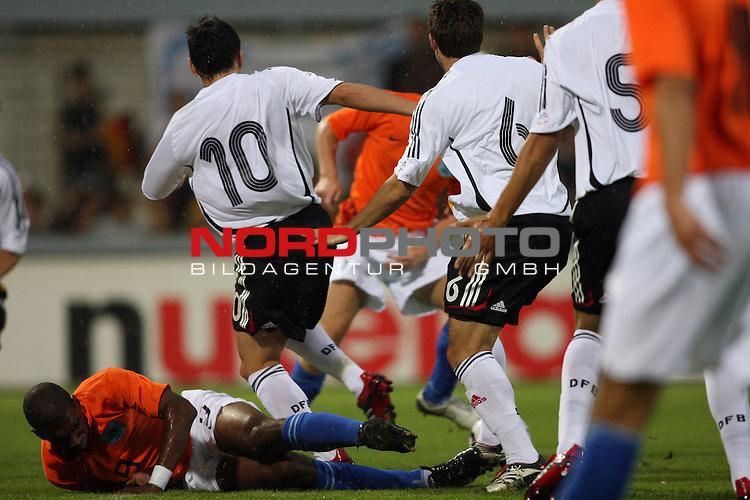 U 21 - L&scaron;nderspiel: Deutschland - Niederlande im Emslandstadion in Meppen.<br /> Ryan Babel (Niederlande, l) liegt unter Piotr Trochowski und Gonzalo Castro (Deutschland, l-r).<br /> Foto &copy; nordphoto