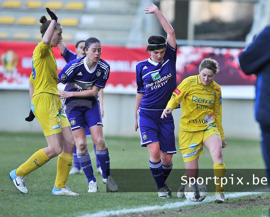 Waasland Beveren Sinaai Girls - RSC Anderlecht : Annelies Van Loock en Lien Thoen (rechts) strijden om de bal.foto DAVID CATRY / Nikonpro.be