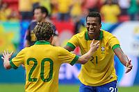 Jo (D) e Bernard do Brasil durante o amistoso contra a Austrália, realizado neste sábado no Estádio Mané Garrincha, em Brasília (DF). (Foto: Thiago Ferreira / Brazil Photo Press).