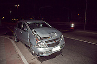 ATENCAO EDITOR: FOTO EMBARGADA PARA VEICULOS INTERNACIONAIS. SAO PAULO, SP, 04 DE NOVEMBRO DE 2012 - ACIDENTE CARRO X CARRO - Dois veiculos bateram, nesta noite de domingo (04), no cruzamento das avenidas Aricanduva com Av.Itaquera, segundo relato da PM o veiculo, uma mercedes Benz, ao ser atingido na lateral pelo outro, um GM Agile, foi arrastado e tombou proximo a um canteiro. No interior do carro, GM Agile, uma crianca de 3 anos ficou gravemente ferida e foi socorrida em estado grave ao hospital, com suspeita de fraturas no braço, ombro e clavicula, ela estava sendo tranportada dentro do GM Agile que nao estava equipado com cadeira para criancas, como exige a lei. FOTO RICARDO LOU - BRAZIL PHOTO PRESS