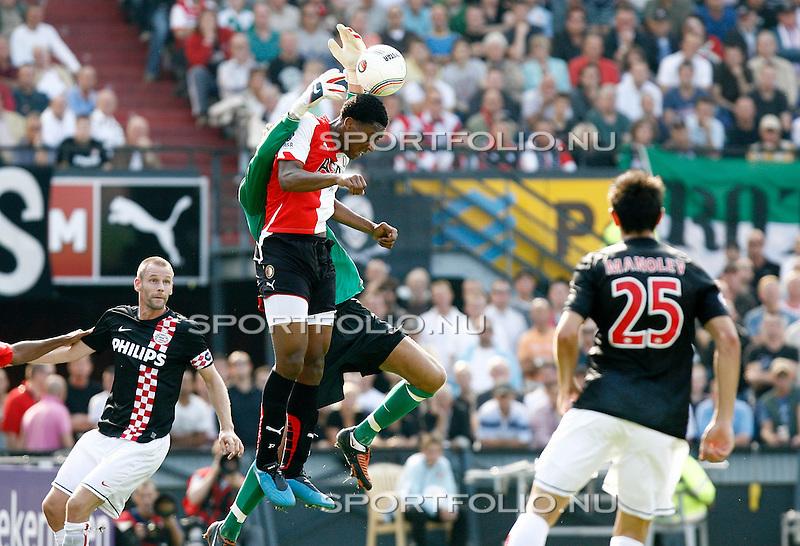Nederland, Rotterdam, 20 september 2009 .Eredivisie .Seizoen 2009-2010 .Feyenoord-PSV (1-3).Leroy Fer (3e van r) van Feyenoord springt tegen keeper Andreas Isaksson aan. Links Andre Ooijer van PSV