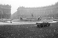 Febbraio  1986  .Intensa nevicata  a Roma  .Piazza delle Repubblica coperta di neve. February 1986  .Intense snowfall in Rome  .Plaza of the Republic covered with snow
