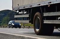 CAMPINAS,SP - 28.07.2016 - TRÂNSITO-SP - Caminhões de cargas são visto na Rodovia Dom Pedro I, na tarde desta quinta-feira (28) em Campinas, interior do estado de São Paulo. O DER (Departamento Estadual de Rodagem) divulgou que houve um aumento de 70% no número de multas por excesso de cargas, em caminhões, nas rodovias de Campinas. Entre os problemas causados pelo excesso de peso, está o deterioramento do piso asfáltico. (Foto: Eduardo Carmim/Brazil Photo Pres)