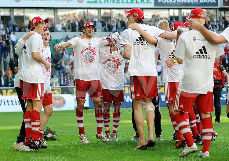 FUSSBALL     1. BUNDESLIGA     SAISON 2007/2008   31. SPIELTAG VfL Wolfsburg - FC Bayern Muenchen                          04.05.2008 Die Bayern jubeln ueber den Gewinn der deutschen Meisterschaft