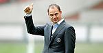 Nederland, Amsterdam, 15 april 2012.Eredivisie .Seizoen 2011-2012.Ajax-De Graafschap.Frank de Boer, trainer-coach van Ajax steekt zijn duim in de lucht