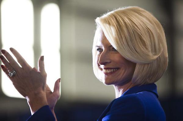 JL10. TAMPA (FL, EE.UU.), 30/01/2012.- Callista Gingrich, esposa del precandidato presidencial republicano Newt Gingrich, habla durante un acto de campaña en el Tampa Jet Center de Tampa, Florida (EE.UU.) hoy, lunes 30 de enero de 2012. Las primarias en este estado se realizarán mañana. EFE/JIM LO SCALZO