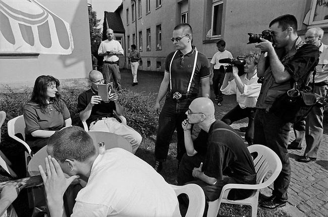 Etwa hundert Neonazis aus der Bundesrepublik versuchten am Samstag den 16. August 1997 im niedersaechsischen Koenigslutter einen sog. &quot;Hess-Gedenkmarsch&quot; anlaesslich des 10. Todestages des Hitlerstellvertreters Rudolf Hess.<br /> Die Polizei nahm die Neonazis fest.<br /> Links im Bild: Daniela Wegener, geborene Weber. Im Juli 2011 wurde sie Vorsitzende der &quot;Hilfsorganisation für nationale politische Gefangene und deren Angehörige&quot; (HNG),  die am 21.9.2011 verboten wurde. Seit 1997 ist sie als Fuehrungsmitglied der&quot;Sauerlaender Aktionsfront&quot; (SAF) aktiv.<br /> 16.8.1997, Koenigslutter/Niedersachsen<br /> Copyright: Christian-Ditsch.de<br /> [Inhaltsveraendernde Manipulation des Fotos nur nach ausdruecklicher Genehmigung des Fotografen. Vereinbarungen ueber Abtretung von Persoenlichkeitsrechten/Model Release der abgebildeten Person/Personen liegen nicht vor. NO MODEL RELEASE! Nur fuer Redaktionelle Zwecke. Don't publish without copyright Christian-Ditsch.de, Veroeffentlichung nur mit Fotografennennung, sowie gegen Honorar, MwSt. und Beleg. Konto: I N G - D i B a, IBAN DE58500105175400192269, BIC INGDDEFFXXX, Kontakt: post@christian-ditsch.de<br /> Urhebervermerk wird gemaess Paragraph 13 UHG verlangt.]