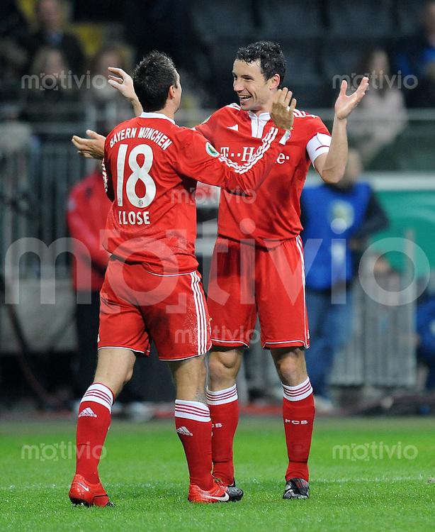Fussball DFB Pokal  Achtelfinale:  Saison   2009/2010   28.10.2009 Eintracht Frankfurt - FC Bayern Muenchen Jubel mit Miroslav Klose und Mark van Bommel (FCB)