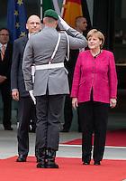 Berlin, Bundeskanzlerin Angela Merkel (CDU, r.) und der italienische Ministerpräsident Enrico Letta (l.) am Dienstag (30.04.13) im Bundeskanzleramt in Berlin bei einem Empfang mit Militärischen Ehren.