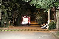 SAO PAULO, SP, 03.04.2015 - MORTE FILHO DO GOVERNADOR / SAO PAULO - Movimentação dentro do condomínio fechado em frente a casa que o helicóptero caiu, em Carapicuíba, grande São Paulo.  O filho do governador de são paulo morreu na tarde desta quinta-feira,02, após sofrer acidente de helicóptero em Carapicuíba na grande São Paulo. (Foto: Fernando Neves/ Brazil Photo Press).