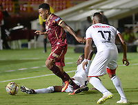 IBAGUÉ -COLOMBIA, 10-07-2015. Armando Vargas (Izq) jugador de Deportes Tolima disputa el balón con Cesar Hinestroza (Der) jugador del Cortulúa por la fecha 12 de la Liga Aguila II 2016 jugado en el estadio Manuel Murillo Toro de la ciudad de Ibagué./ Armando Vargas (L) player of  Deportes Tolima vies for the ball with Cesar Hinestroza (R) player of Cortulua for the date 12 of the Aguila League II 2016 played at Manuel Murillo Toro stadium in Ibague city. Photo: VizzorImage / Juan Carlos Escobar / Str